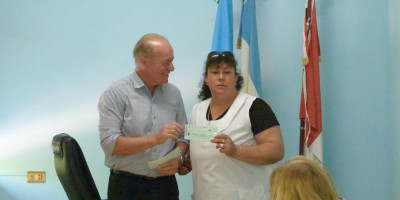 El Intendente entregó 210.000 pesos a los establecimientos educativos locales