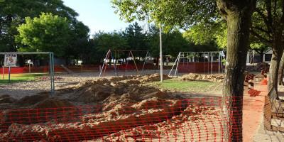 Se eliminan los areneros y se instalan nuevos juegos en Plaza Central San Martín